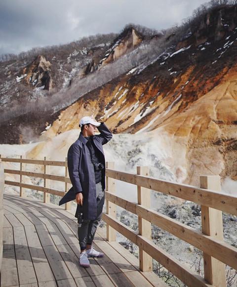 Noboribetsu: Là một trong những thị trấn thu hút khách du lịch ở Hokkaido, Noboribetsu tạo nên sự khác biệt bởi thung lũng địa ngục (Hell Valey). Nơi này chính là đầu nguồn của suối nước nóng Noboribetsu. Nam diễn viên điển trai đã kịp check-in bức ảnh cực chất trên con đường tham quan vào sâu thung lũng.