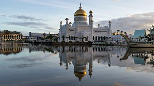 Nhà thờ Hồi giáo Omar Ali Saifuddien là điểm đến hút khách ở Brunei. Ảnh: Travel Sisters.