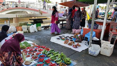 Chợ Tamu Kianggeh ngoài trời nằm bên bờ sông Kianggeh. Ảnh: Travel sisters.