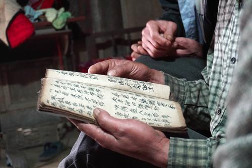 Đàn ông ngồi cùng nhau và học chữ Nho.
