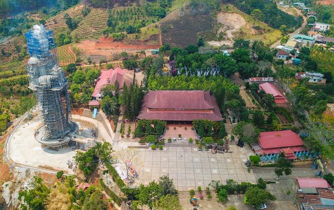 """Chùa Linh Ẩn (thị trấn Nam Ban, huyện Lâm Hà, Lâm Đồng) cách trung tâm Đà Lạt 30 km, được ví như """"Thiền viện Trúc Lâm"""" thứ hai của thành phố ngàn thông.  Chùa nằm ở độ cao hơn 1.000 m so với mực nước biển, được xây dựng năm 1993 trên khu đất rộng 4 ha giữa vùng núi rừng cao nguyên. Ban đầu, chùa chỉ là ngôi tự nhỏ thờ đức Phật."""