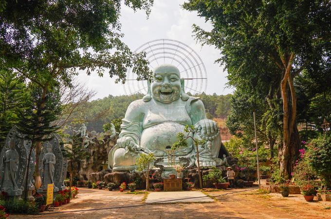 Phía sau chùa, bên trái là tượng Phật Di Lặc lộ thiên cao 12,5 m xây dựng năm 2000, có kích thước lớn nhất tỉnh Lâm Đồng. Bên trong bụng Phật được chia thành 3 tầng để trưng bày và là nơi Tăng chúng hội họp.