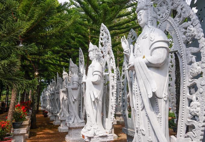 Các bức tượng Quan âm bồ tát được xếp thành hàng dài, đều có kích thước, hình dáng, màu sắc giống hệt nhau. Mỗi tượng cao khoảng 3 m, đặt trên bục đá, uy nghiêm dưới những tán cây rợp bóng mát.