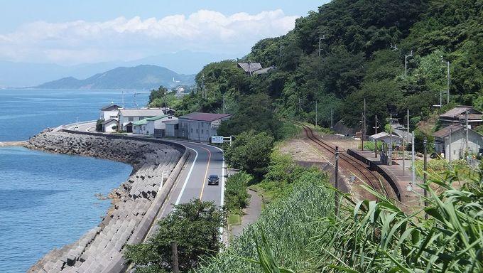 """Ga Shimonada nhìn từ trên cao, xung quanh ít nhà ở, chủ yếu núi non xanh mướt nên có người gọi nó là nhà ga """"cô độc""""."""
