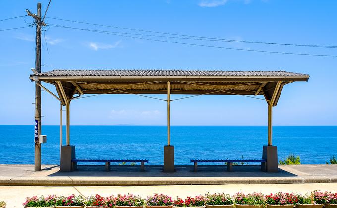 Shimonada là một trong những nhà ga nằm sát biển nhất ở đất nước mặt trời mọc. Ngồi chờ tàu, bạn có thể ngắm rõ nét đường chân trời. Mùa hè, nước biển xanh ngắt, khung cảnh đẹp như tranh vẽ.