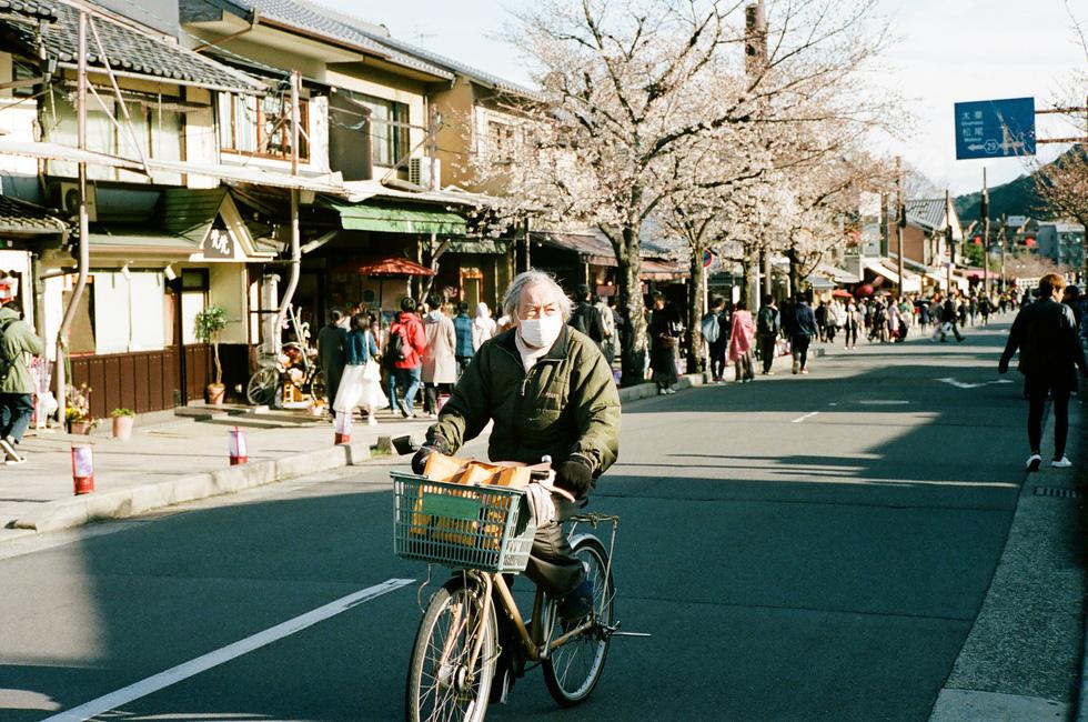 Một cụ ông đạp xe trên phố ở Arashiyama, Kyoto - Ảnh: ĐĂNG TRÌNH