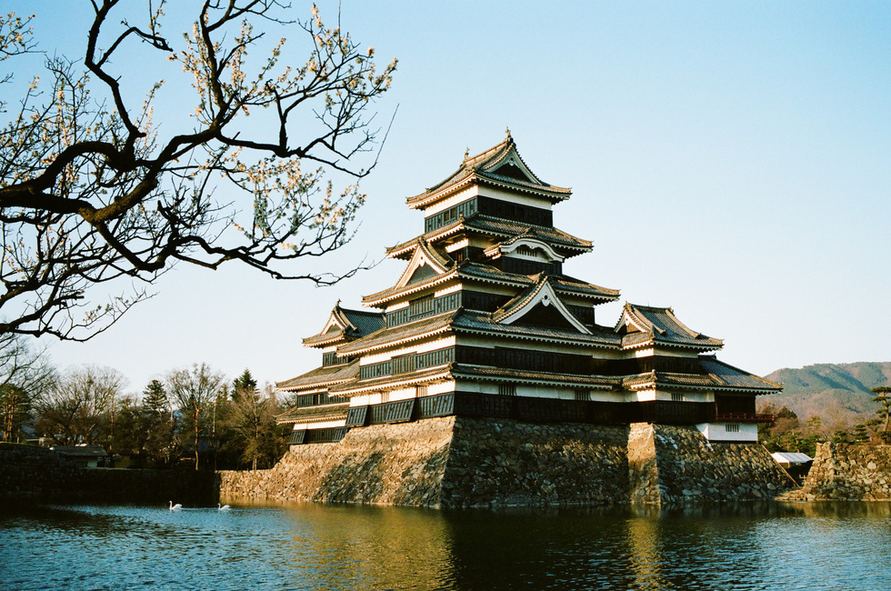 Lâu đài Matsumoto lúc hoàng hôn. Đây là một trong những lâu đài nổi tiếng của Nhật Bản năm ở tỉnh Nagano. Từ Tokyo bạn có thể đi theo đường sắt, đường bộ đến Nagano - Ảnh: ĐĂNG TRÌNH