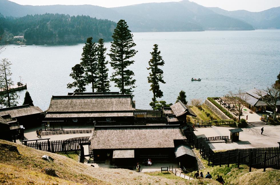 Hồ Ashi nhìn từ gác canh ở Hakone, Kanagawa - Ảnh: ĐĂNG TRÌNH
