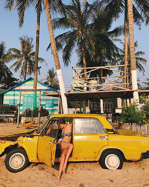 """Một số góc khác ở Sunset Sanato Beach cũng rất được """"sủng ái"""" như chiếc ôtô màu vàng cũ rích trên bãi cát trắng mịn. Người xem sẽ phân vân không biết bạn đang ở bãi biển nào đó vùng Caribbean chứ khó tin là ở ngay tại Việt Nam. Ảnh: shevelinayulia"""