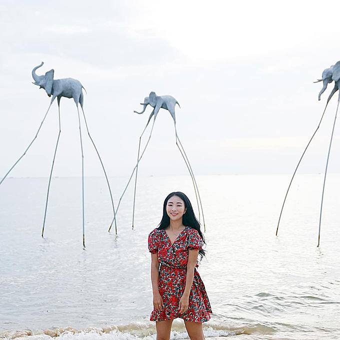 """Với 122.000 người theo dõi, travel blogger nổi tiếng người Hàn Quốc Sunah C được rất nhiều người hỏi thăm sau khi check in trên bãi biển độc đáo ở Việt Nam, với hình nộm """"những chú voi đi bộ trên bãi biển"""". Là khu tổ hợp nằm trên Bãi Trường, Sunset Sanato Beach Club nổi bật với các tác phẩm nghệ thuật của kiến trúc sư nổi tiếng Nikita Marshunok như đàn voi, đàn cá, nón lá, nơm bắt cá, hình đầu người với kích thước lớn, đặt ngay trên bãi cát và bờ biển. Thậm chí, nhiều khách Việt còn """"mắt tròn mắt dẹt"""" khi biết đây là địa danh ở Việt Nam chứ không phải ở trời Tây."""