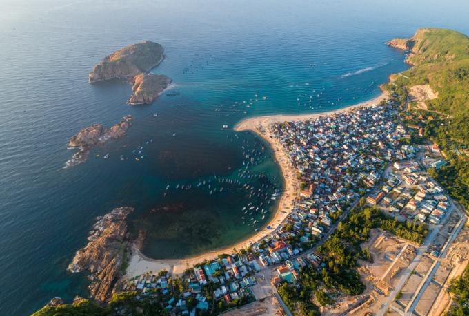 Cách trung tâm thành phố Bình Định khoảng 20 km, Hòn Khô là điểm đến còn mới với du khách. Để đến đây, bạn cần thuê tàu của ngư dân hoặc mua tour canô, mất 5-10 phút di chuyển từ xã Nhơn Hải. Hai trải nghiệm thú vị nhất ở Hòn Khô là lặn ngắm san hô và chinh phục dãy núi đá. Bãi biển vẫn còn nguyên nét hoang sơ với những bãi cát mịn, biển xanh và sóng lặng. Ảnh: Trung Phạm.