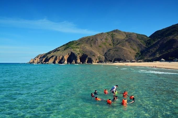 Kỳ Co là một trong những bãi biển đẹp nhất miền Trung với đường bờ biển cong hình lưỡi liềm. Nơi đây có ba mặt giáp núi, một mặt giáp biển, bãi cát mịn, độ dốc thấp, nước quanh năm trong xanh. Kỳ Co cách trung tâm thành phố Quy Nhơn khoảng 25 km, du khách có thể thuê thuyền ra đây tắm biển, thưởng thức hải sản. Ảnh: Tiến Hùng.