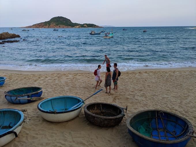 Bãi Xép cách thành phố Quy Nhơn khoảng 10 km. Nơi này không nổi tiếng như Bãi Xép ở Phú Yên nhưng vẫn thu hút nhiều du khách, đặc biệt là người nước ngoài, đến nghỉ ngơi, khám phá. Bởi biển ở đây hoang sơ, gần làng chài nên bạn có thể hòa vào cuộc sống người dân, xung quanh có nhiều homestay... Ảnh: Vy An.