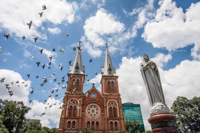 Nhà thờ Đức Bà, TP HCM  Nhà thờ Đức Bà hay còn gọi là Nhà thờ chính tòa Đức Bà Sài Gòn, tọa lạc ở quận 1. Công trình do kiến trúc sư J.Bourard thiết kế từ thời Pháp thuộc. Vật liệu xây dựng nhà thờ như xi măng, sắt thép đến ốc vít đều được mang từ Pháp sang. Ảnh: Nguyễn Thành.