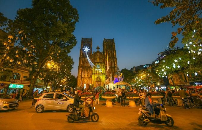 Nhà thờ Lớn, Hà Nội  Khánh thành từ năm 1887, nhà thờ Lớn Hà Nội ở phố Nhà Chung ngày nay là nơi sinh hoạt tôn giáo nổi tiếng ở thủ đô. Nơi này cũng là điểm đến quen thuộc của du khách mỗi khi có dịp ghé thăm Hà Nội. Bạn có thể tới đây để tham quan, chụp ảnh, ghé các quán quanh đó để nhâm nhi cà phê hoặc trà chanh, trò chuyện cùng bạn bè. Ảnh: Kiều Dương.