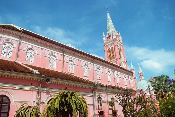 Nhà thờ Tân Định  Công trình có tên gọi chính thức là Nhà thờ Thánh Tâm Chúa Giêsu, nằm trên đường Hai Bà Trưng (quận 3, TP HCM). Khởi công vào năm 1870 và hoàn thành 6 năm sau đó, tổng thể nhà thờ được xây dựng theo lối kiến trúc Gothic nhưng các chi tiết lại mang phong cách Roman và Baroque. Dù đã trải qua nhiều lần tu sửa, màu sắc ban đầu vẫn được giữ lại. Nhờ màu hồng khác lạ, nhà thờ thu hút không ít du khách ghé thăm. Ảnh: Phong Vinh.