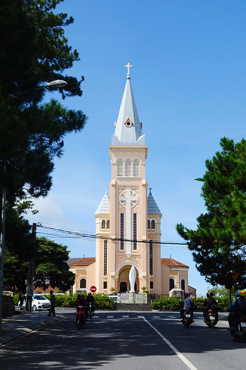 Nhà thờ Con Gà, Đà Lạt  Nhà thờ Con Gà khởi công xây dựng từ năm 1931 và hoàn thành vào năm 1942. Với lối kiến trúc theo trường phái Roman, nơi đây là một trong số kiến trúc Pháp lâu đời còn sót lại tại Đà Lạt.  Nhà thờ được xây theo hình chữ thập, dài 65 m, cao 47 m. Cả mặt bằng và mặt đứng đều được xây đối xứng. Từ tháp chuông của nhà thờ, người ta có thể nhìn thấy toàn cảnh thành phố. Ảnh: Phong Vinh.