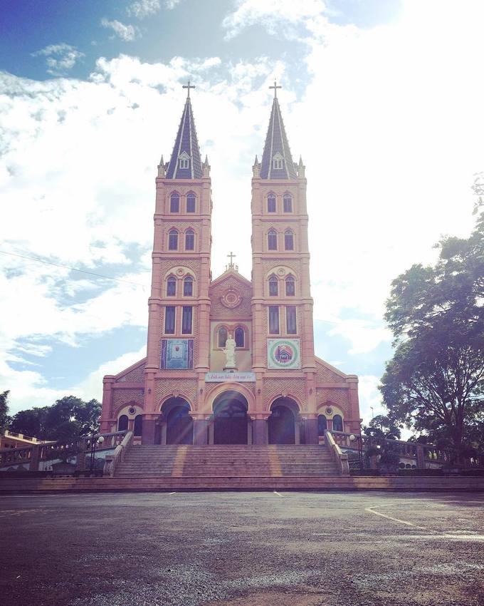 Nhà thờ Buôn Hồ, Đăk Lăk  Mang dáng dấp gần giống nhà thờ Đức Bà ở TP HCM, nhà thờ ở thị xã Buôn Hồ là một điểm đến nổi bật ở Tây Nguyên. Công trình mang phong cách Gothic, có mái vòm và tháp chuông đôi cao vút. Phần tiền đường gọi là Quảng trường Huynh đệ. Ảnh: Kiều Oanh.