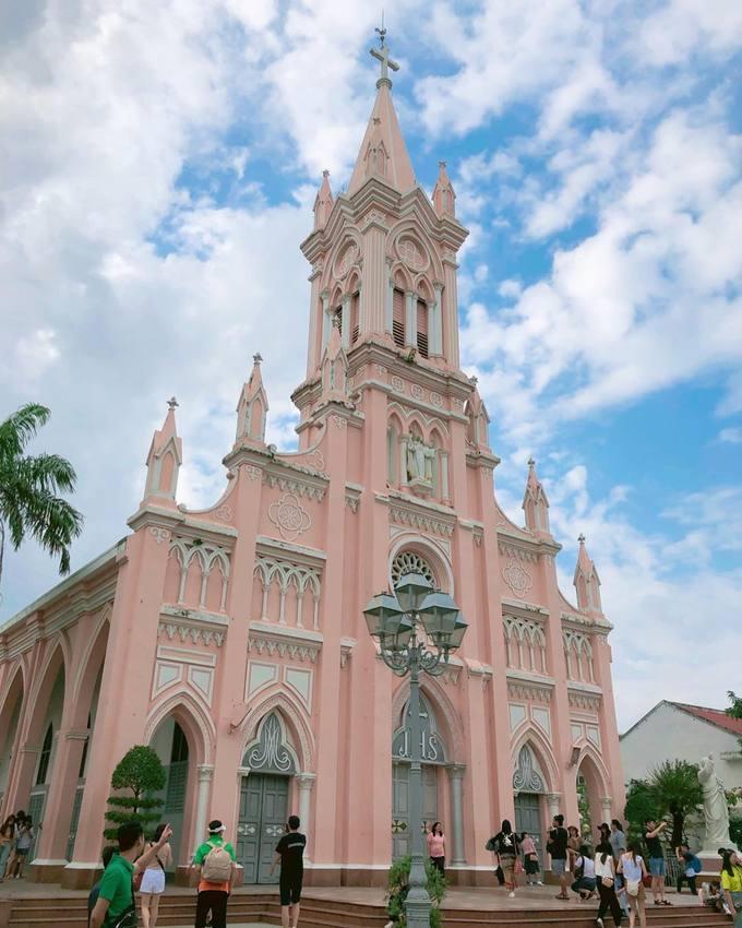 Nhà thờ có kiến trúc Gothic với những đường nét cao vút, các vòm cửa hình quả trám, khung kính mô tả lại những sự kiện tiêu biểu trong Kinh thánh. Nơi đây được nhiều du khách nước ngoài ghé thăm và check-in khi đến Đà Nẵng. Ảnh: @lanabek_88.