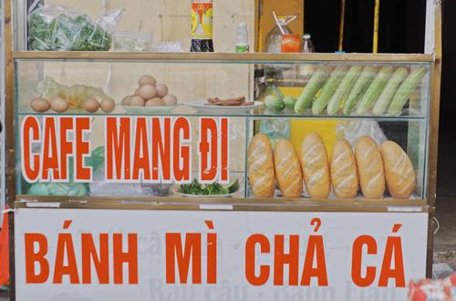 Về phố biển Vũng Tàu (cách TP HCM khoảng 100 km), du khách có thể thưởng thức bánh mì chả cá, món lót dạ bình dân của người địa phương.