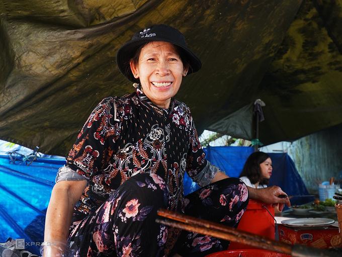 Hơn 20 năm trôi qua, quán bánh xèo của bà Nguyễn Thị Hoa (60 tuổi) là một trong những địa chỉ ăn sáng quen thuộc ở thành phố Pleiku (Gia Lai). Bà chủ được người địa phương gọi là bà Tám.  Đối với khách phương xa, bánh xèo thường được ăn vào buổi xế chiều hoặc bữa tối. Tuy nhiên, người Gia Lai lại chọn bánh xèo cho bữa sáng. Thêm vào đó, món ăn còn có nhân thịt bò.