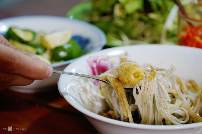 Trộn đều ít rau sống, thêm miếng chanh, chút ớt... là cách thưởng thức bún cua thối đúng chuẩn. Mùi hăng của nước dùng, vị chua cay, mằn mặn nơi đầu lưỡi là hương vị đặc trưng của đặc sản này.
