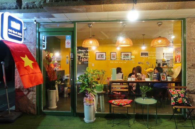 Nằm cách ga tàu điện ngầm No Ryang Jin 10 phút đi bộ, Hà Nội Moment là một địa chỉ mới cho các thực khách muốn thưởng thức hương vị cà phê cũng như bánh mì Việt Nam giữa lòng Seoul (Hàn Quốc).