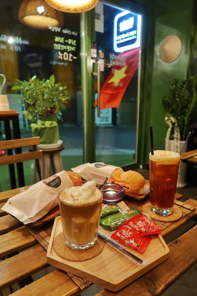 Thực khách đến quán sẽ được thưởng thức cà phê Việt Nam với phong cách pha bằng phin lọc truyền thống. Thực đơn đồ uống cũng đậm chất Việt với những món như cà phê nâu, cà phê đen, bạc xỉu, cà phê cốt dừa, trà đào, bia Việt… Đồ uống ở đây có giá khoảng 2.500 - 6.000 won (50.000 - 120.000 đồng).