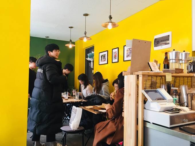 Không gian quán nhỏ nhưng thực khách có thể tùy chọn bàn trong quán hoặc khu vỉa hè trước cửa để ngắm phố. Ngoài đón khách địa phương, anh Đạt cho biết cuối tuần và buổi tối, quán đón đa phần là khách Việt, những người muốn tận hưởng một Hà Nội thu nhỏ. Quán mở từ 11h đến 21h hàng ngày trừ chủ nhật.
