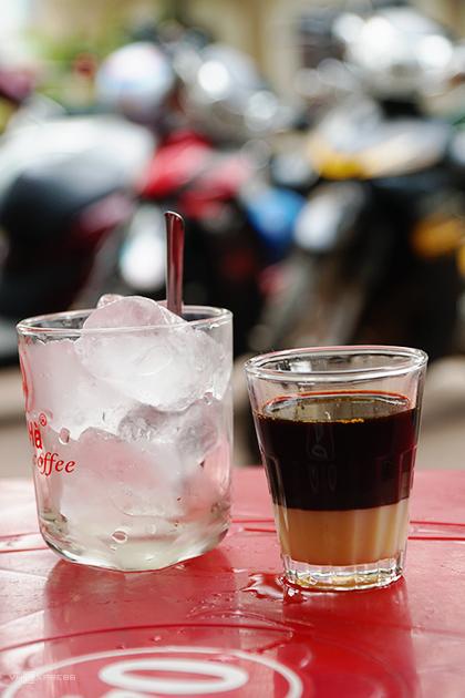Bạn có thể chọn cà phê sữa nếu như không quen vị đắng. Mỗi ly có giá trung bình 25.000 đồng. Ảnh: Di Vỹ.