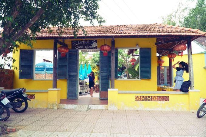 Ở đường Đình Cương, thị trấn Chợ Chùa, huyện Nghĩa Hành (Quảng Ngãi), quán cà phê gợi nhớ Sài Gòn là địa chỉ được nhiều khách trong và ngoài tỉnh tìm đến.