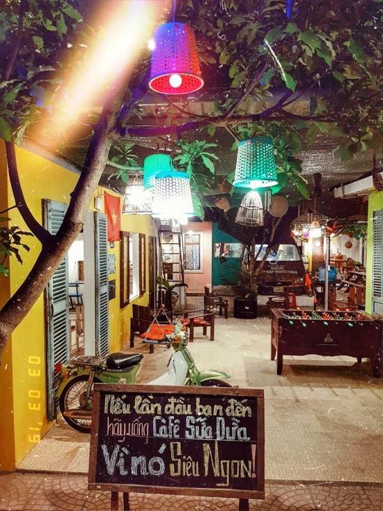 Không gian quán lung linh khi về đêm. Ảnh: Nguyễn Trình.