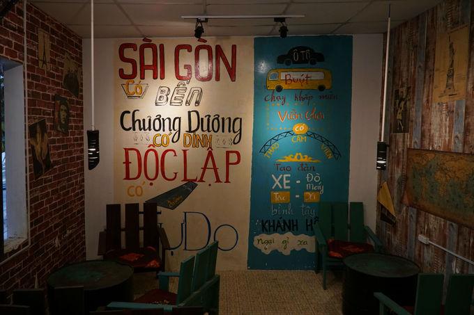 Ngoài sân vườn, quán cà phê còn có không gian trong phòng, với bức tường được vẽ bích họa, nhắc lại những địa danh ở Sài Gòn.