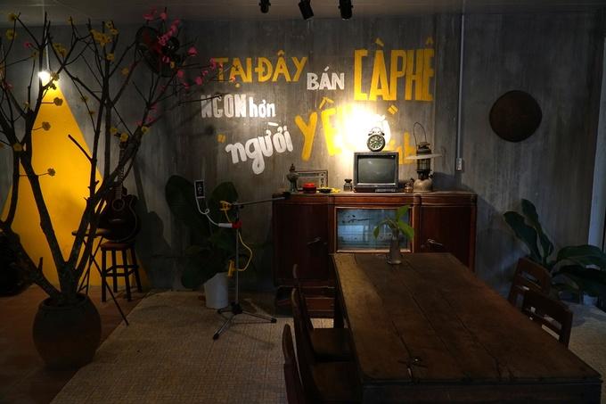 Để có nội thất cũ, chủ quán đã lang thang nhiều tháng ở miền quê Quảng Ngãi thuyết phục các gia đình bán lại.