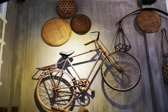 Ngoài không gian hoài niệm Sài Gòn, chủ quán còn thiết kế tiểu cảnh gợi nhớ hình ảnh quen thuộc của Quảng Ngãi, với chiếc xe đạp cũ, các nông cụ, bàn ủi con gà, niêu nấu nước...