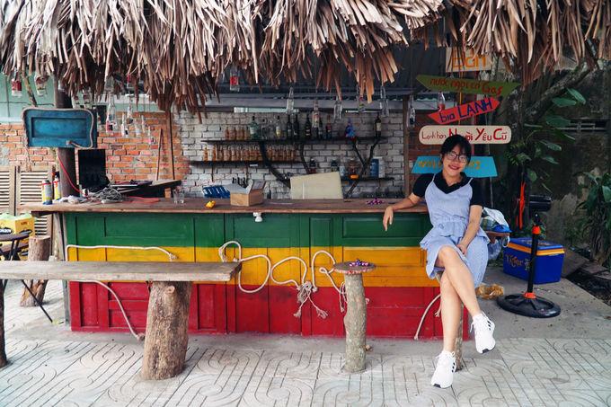 Ngoài cà phê, quán còn có quầy bar nhỏ lợp bằng lá.