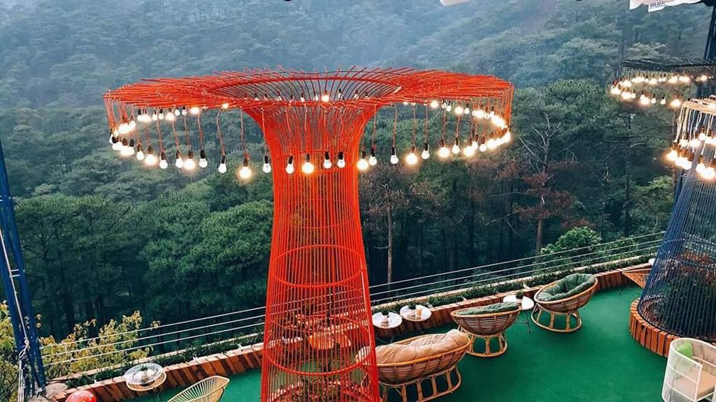 Một trong những điểm nhấn tạo nét ấn tượng cho không gian của quán là hình dáng của các cây cột đèn đầy màu sắc, được thiết kế hao hao giống với khu vườn nhân tạo khổng lồ ở Singapore.