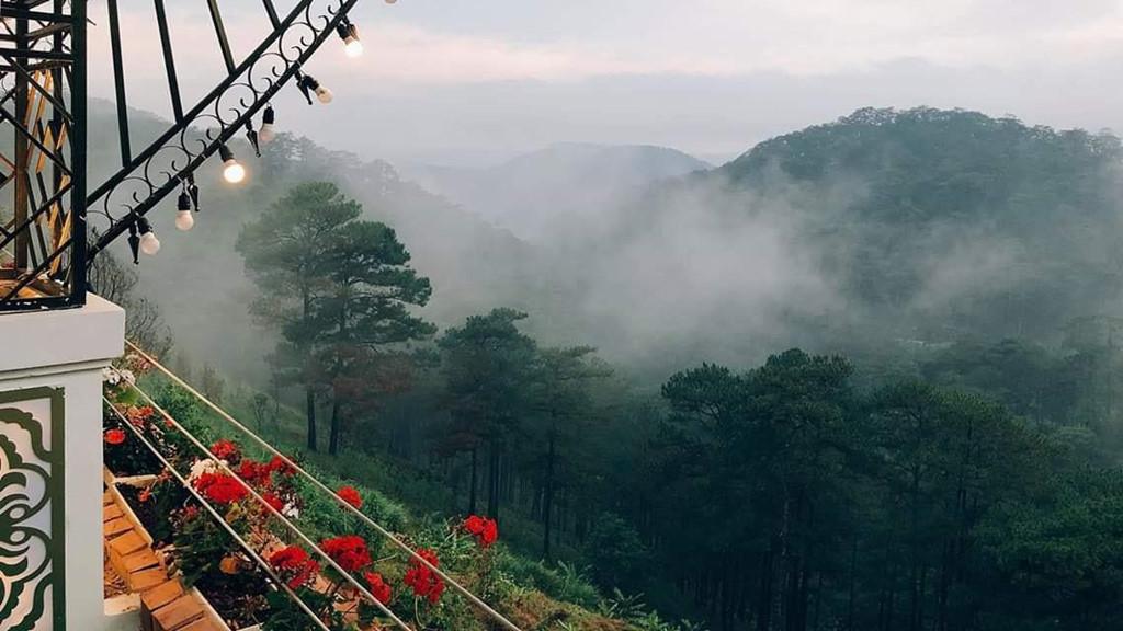 Phải ghé quán cà phê này, ngắm nhìn khung cảnh thiên nhiên bạt ngàn, mênh mông, bạn mới vỡ lẽ tại sao Đà Lạt lại được mọi người mệnh danh là thành phố sương mù.