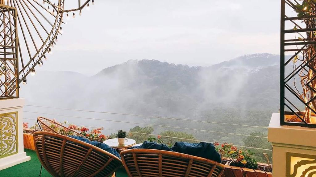 Ban công là một trong những điểm check-in được nhiều bạn trẻ yêu thích nhất bởi phông nền mây mù bao phủ đồi thông tuyệt đẹp. Ngồi ở đây, bạn dễ dàng sở hữu bức ảnh sống ảo sang chảnh, xứng đáng nghìn lượt thích.
