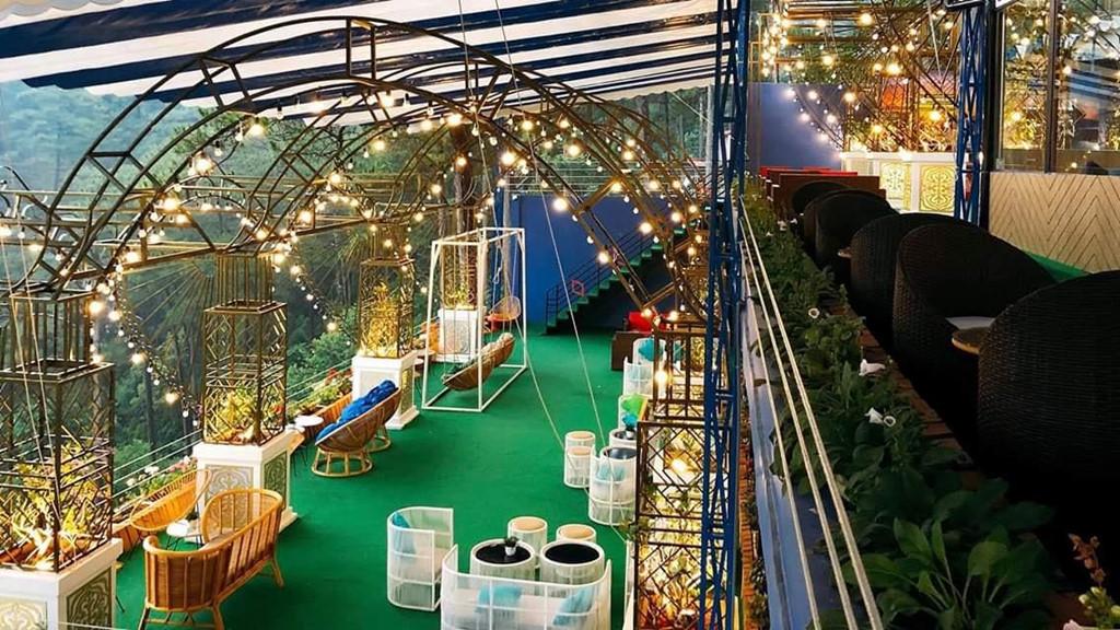 Bên trong quán cũng được bài trí một cách cầu kỳ, tỉ mẩn đến từng chi tiết. Không chỉ sở hữu tầm nhìn đẹp, khuôn viên quán cà phê còn xây dựng các phòng nghỉ độc đáo để du khách có thể lưu trú.