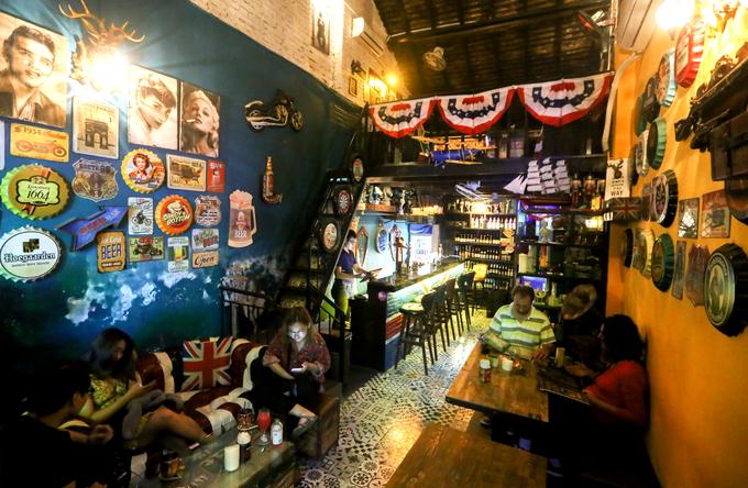 Ngôi nhà hai tầng có diện tích hơn 80 m2, được anh Giang thuê lại và trang trí để làm quán cà phê. Không gian được thiết kế theo thiên hướng cổ điển, mô phỏng quán bar của Mỹ trong thế kỷ 18- 19.