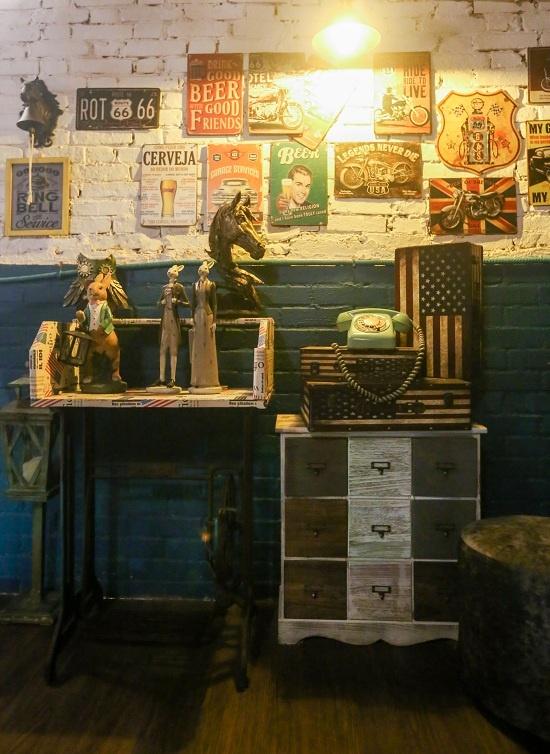 Những hộc tủ, điện thoại, hộp gỗ, các logo thương hiệu đều mang màu sắc cổ điển... được đặt khắp nơi khiến khách như lạc vào miền Viễn Tây nước Mỹ.