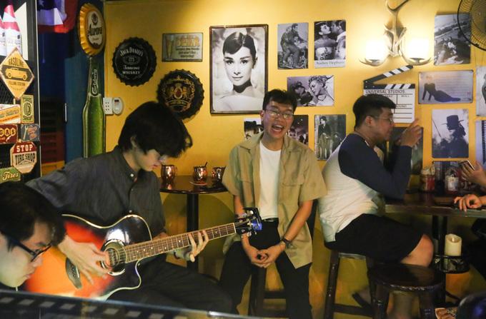 Dịp cuối tuần, chủ quán mời các nhóm nhạc biểu diễn ca khúc quốc tế cho khách thưởng thức.