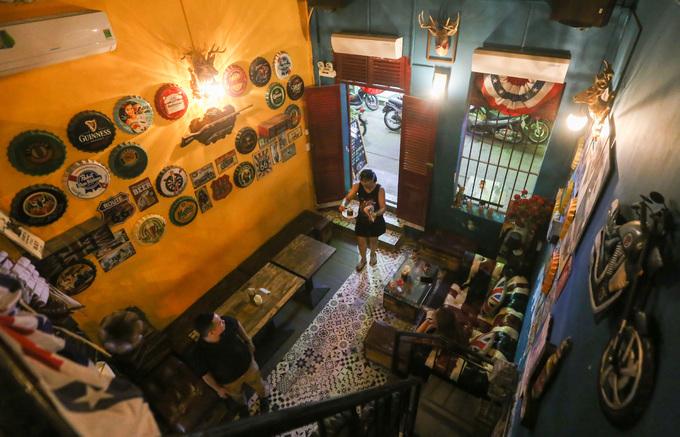 """Quán mở từ sáng đến 0h hôm sau, ngoài người Sài Gòn còn có nhiều du khách nước ngoài đến đây. """"Khi khách tới, nhân viên đều chia sẻ về phong cách, lịch sử ngôi nhà, vừa tạo cảm giác thân thuộc vừa giúp mọi người hiểu hơn về giá trị công trình"""", chủ quán chia sẻ."""