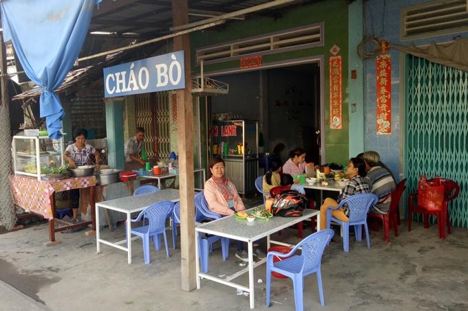 quan-chao-bo-20-nam-an-kem-voi-bun-la-lam-o-an-giang-ivivu-1