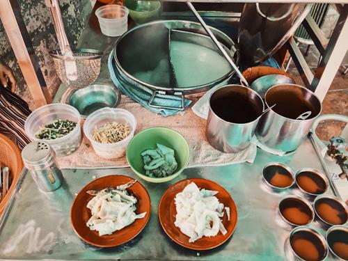 Các đĩa nội tạng bò được để riêng chứ không nấu chung vào nồi cháo trắng.