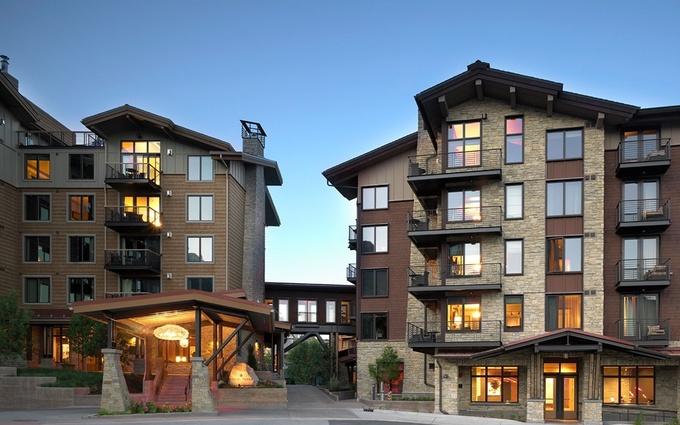Khách sạn Terra Jackson Hole, Wyoming, Mỹ đã có chứng nhận LEED. Với ý tưởng bảo vệ hệ sinh thái, khu nghỉ dưỡng được xây dựng từ những vật liệu tái chế. Bên cạnh việc sử dụng đệm hữu cơ, chai nhôm hay bóng đèn huỳnh quang, Terra Jackson Hole còn sử dụng năng lượng mặt trời, năng lượng gió. Ảnh: TravelandLeisure.