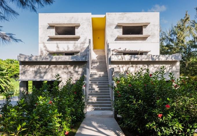 Để giảm thiểu mức tiêu thụ năng lượng, Hix Island House, Puerto Rico được xây dựng trên một đỉnh đồi mát mẻ, nơi thường xuyên đón gió tự nhiên. Phong cách thiết kế ở đây độc đáo, thân thiện với môi trường cùng cảnh quan đẹp. Để có nước nóng và tạo ra điện, khu nghỉ dưỡng sử dụng các tấm pin mặt trời. Đặc biệt, Hix Island còn lưu trữ nước mưa và tái chế nước thải sinh hoạt, nhằm giảm thiểu lượng xả thải ra môi trường. Ảnh: Dwell.