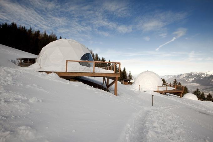 Khách sạn Whitepod Eco-Luxury là nơi ở lý tưởng để du khách chiêm ngưỡng vẻ đẹp của dãy núi Alps, Thụy Sĩ. Quy trình xây dựng và hoạt động của khách sạn đều hướng tới mục tiêu tiết kiệm năng lượng, bảo vệ môi trường. Nhân viên khu nghỉ hàng ngày đi bộ tới nơi làm việc. Nước và năng lượng tự nhiên được sử dụng để giảm thiểu những tác hại tới môi trường. Vẻ ngoài của khách sạn có thể thay đổi màu sắc để hòa hợp với cảnh quan thiên nhiên theo từng mùa. Ảnh: Switzerland Tourism.