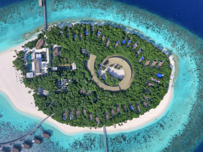 Park Hyatt Maldives Hadahaa là một khách sạn tuyệt đẹp ở Maldives và đây cũng là khu nghỉ dưỡng duy nhất có chứng nhận EarthCheck ở quốc gia này. Để bảo vệ môi trường, nơi đây hạn chế dùng đồ nhựa và thường lưu trữ nước mưa để sử dụng. Ngoài ra, những nhà sinh vật học thường xuyên theo dõi chất lượng nước, để bảo tồn rạn san hô xung quanh. Ảnh: Park Hyatt Maldives Hadahaa.